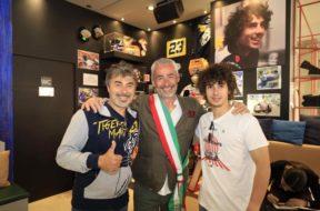 Niccolò ed Igor con il sindaco