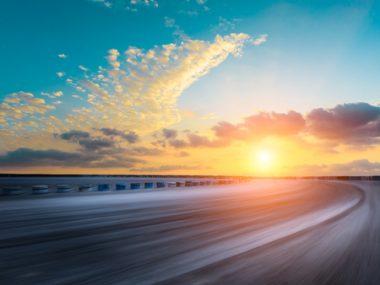 89256116-motion-blur-circuito-stradale-asfalto-e-belle-nuvole-di-cielo-al-tramonto